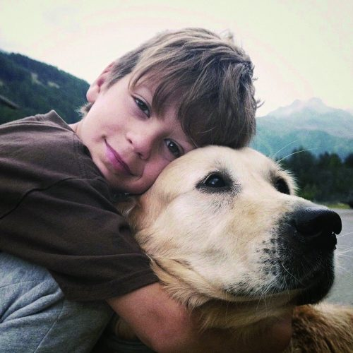 garçon-calin-chien-therapie-joie